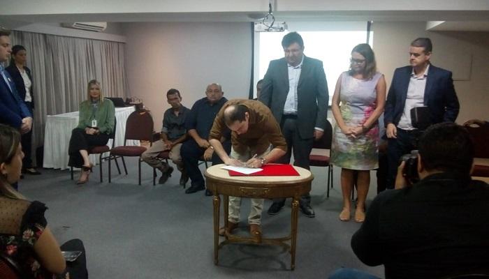Arthur Lira assina edital do programa Primeira Chance