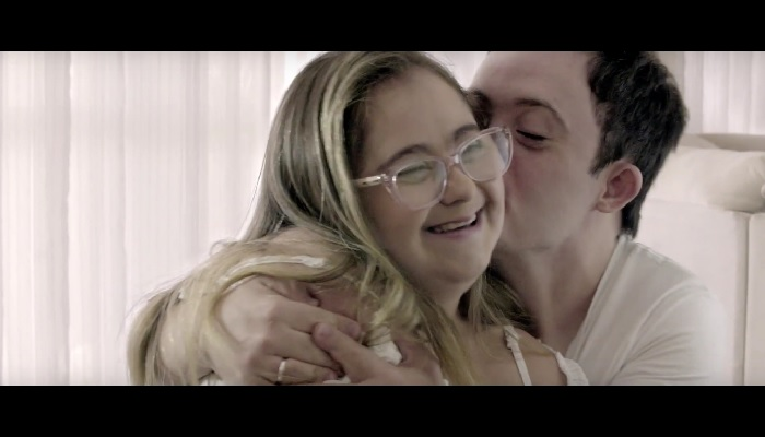 A felicidade do encontro é tema da campanha de Dia dos Namorados do Pão de Açúcar